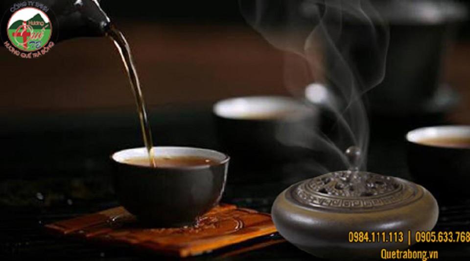 Đốt nhang vòng đàn hương giúp thanh lọc không khí khi thưởng trà